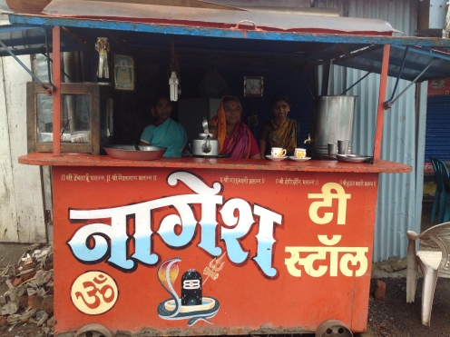 रस्त्यावरच्या या स्टॉलवर अप्रतिम चहा पोहे मिळाले